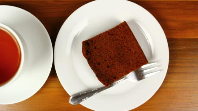 gingerbread cake und tasse tee - lebkuchen stock-videos und b-roll-filmmaterial