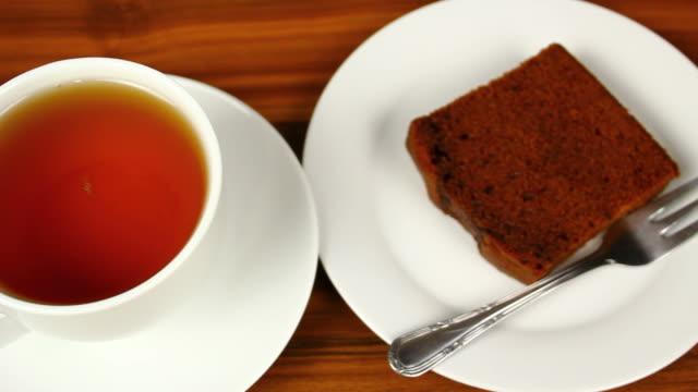 ジンジャーブレッドケーキと紅茶 - ソーサー点の映像素材/bロール