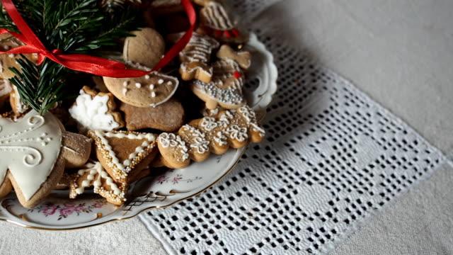 lebkuchen weihnachtsplätzchen auf den tisch. - lebkuchenhaus stock-videos und b-roll-filmmaterial