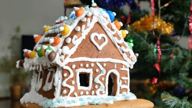 lebkuchenhaus mit bunten bonbons - lebkuchenhaus stock-videos und b-roll-filmmaterial