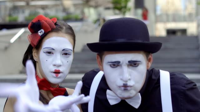 カメラでぶらぶらと女の子と男のマイム - グリースペイント点の映像素材/bロール
