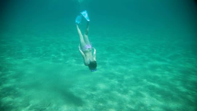 vídeos de stock, filmes e b-roll de menina e shell debaixo d'água no mar - férias na praia