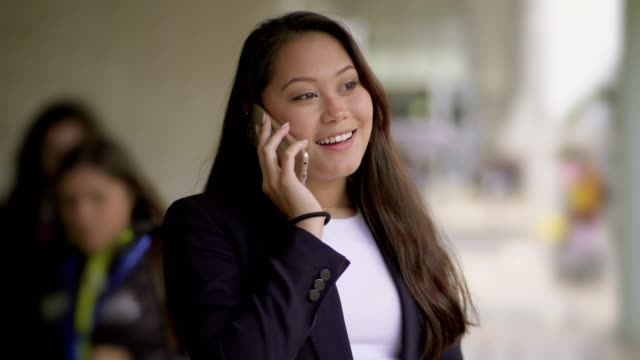 girl answering phone call on street - rispondere video stock e b–roll