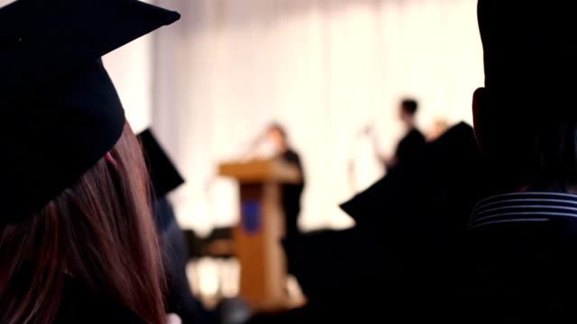 Girl ovacionar felicitar a licenciados en excelente que se ha conseguido en la escuela - vídeo