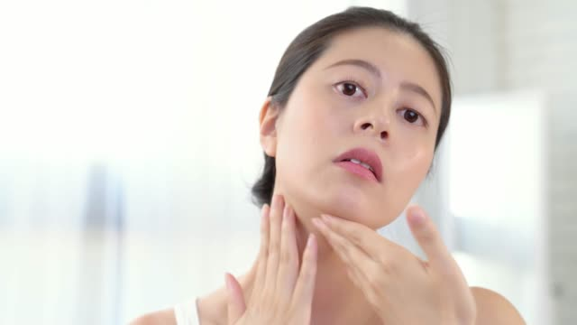 girl applying cosmetic cream video
