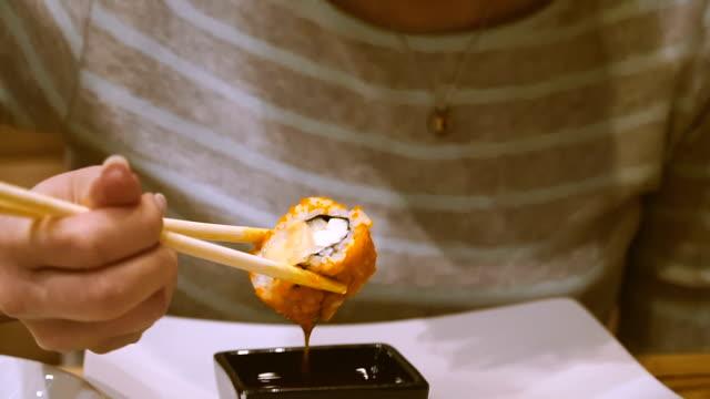 寿司バーで女の子の寿司を食べるし、ビールを飲む ビデオ