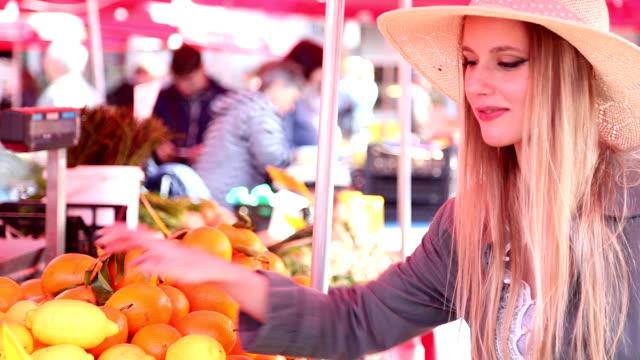 ragazza al mercato, profumati frutta - mercato frutta donna video stock e b–roll