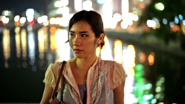 stockvideo's en b-roll-footage met meisje op het riverside city licht reflectie nachttijd - portrait background