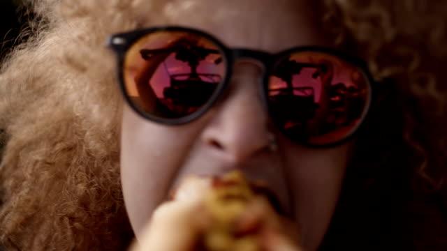 vídeos de stock, filmes e b-roll de menina mordendo cachorro-quente - cachorro quente