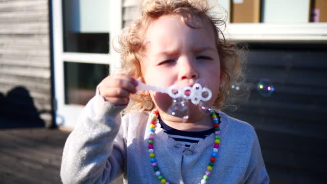 flicka blowning bubblor - dansk kultur bildbanksvideor och videomaterial från bakom kulisserna