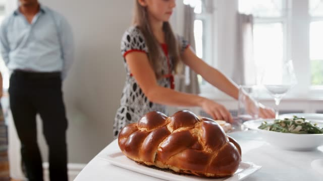 Muchacha trae y cubre Jalá pan en la mesa de Shabat - vídeo