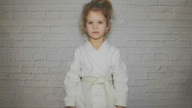 vidéos et rushes de fille, enfant d'un kimono fait une salutation - arts martiaux