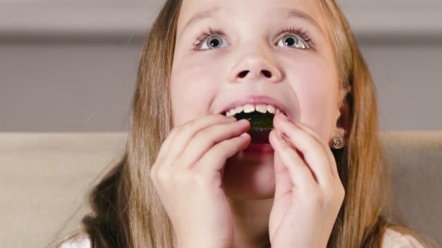 vídeos y material grabado en eventos de stock de niña niña inserta una elegante placa de corrección de ortodoncia de una sola mandíbula en su boca - ortodoncista