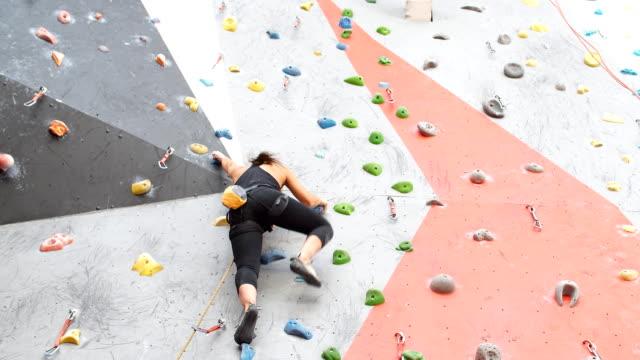 mädchen klettern drinnen, ansicht von hinten - bouldering stock-videos und b-roll-filmmaterial