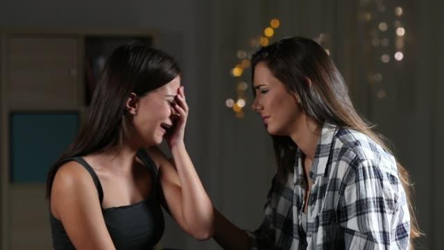 vídeos y material grabado en eventos de stock de niña consuela a su amiga triste en casa - hermana