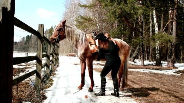 saddles ragazza cowboy a cavallo - sella video stock e b–roll