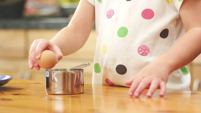 ragazza rottura uova - nastro per capelli video stock e b–roll