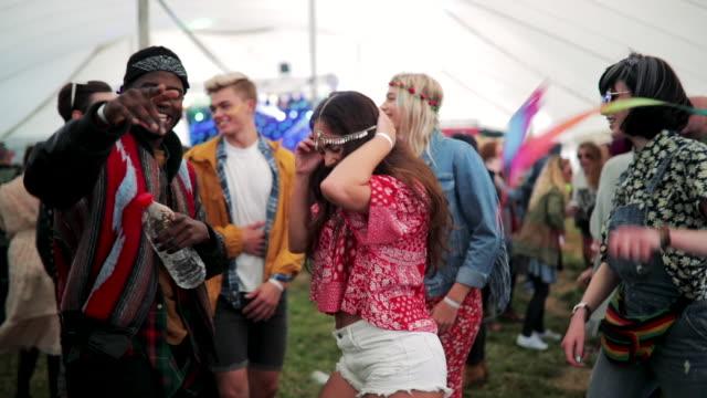 祭りの人出で踊っている女の子 - 若者文化点の映像素材/bロール