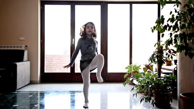 девочка танцы в номере. - только одна девочка стоковые видео и кадры b-roll