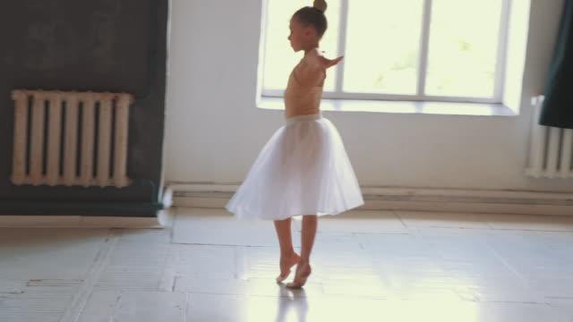 flicka gör balett pirouette - piruett bildbanksvideor och videomaterial från bakom kulisserna