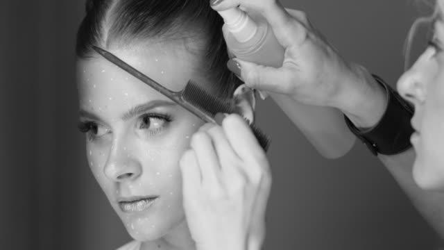 flicka gör frisyr. mode video. långsam rörelse - makeup artist bildbanksvideor och videomaterial från bakom kulisserna