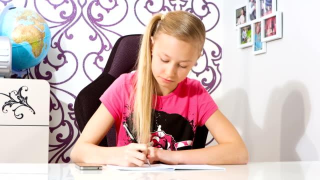 girl doing homework - çalışma kitabı stok videoları ve detay görüntü çekimi