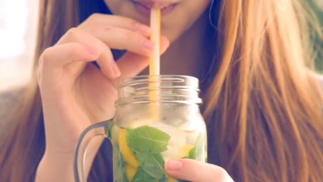 Mädchen trinken Limonade. – Video