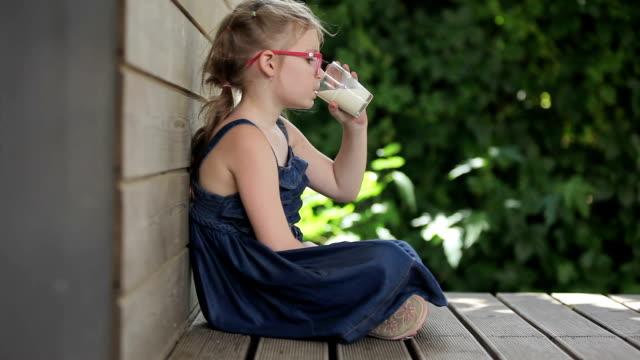 vídeos y material grabado en eventos de stock de chica bebiendo leche - leche