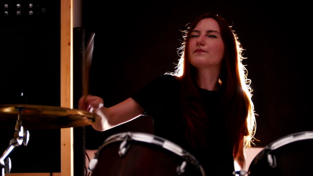 vídeos de stock e filmes b-roll de girl drummer playing drums with her eyes closed - baterista