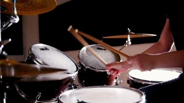 vídeos de stock e filmes b-roll de girl drummer takes turns beats on each drum - bateria instrumento de percussão