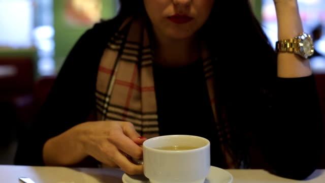 bir çatalla pasta yemeye kız - kek dilimi stok videoları ve detay görüntü çekimi