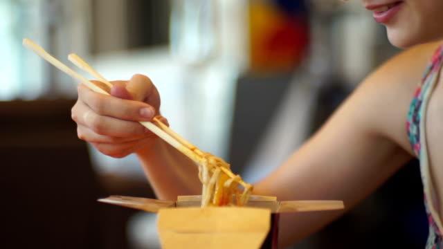 Mädchen, die chinesische Nudeln Essen – Video