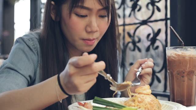 flickan tycker om att äta pad thai till lunch - tallrik uppätet bildbanksvideor och videomaterial från bakom kulisserna
