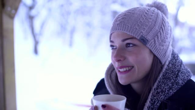 ragazza godere in giornata innevata nella foresta - bevanda calda video stock e b–roll