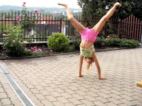 девушка физические упражнения - рука человека стоковые видео и кадры b-roll