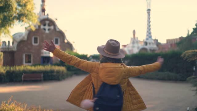 mädchen erkunden spanien - spanien stock-videos und b-roll-filmmaterial