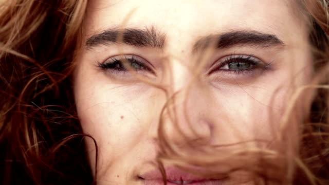 stockvideo's en b-roll-footage met girl eyes close up - hair woman