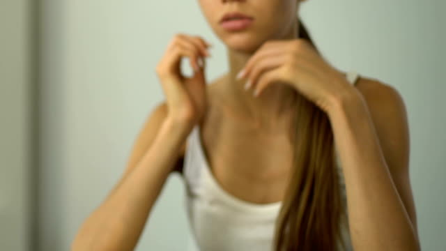 la ragazza sente mal di testa, corpo esausto, dieta severa o lavoro eccessivo, emicrania da vicino - fragilità video stock e b–roll