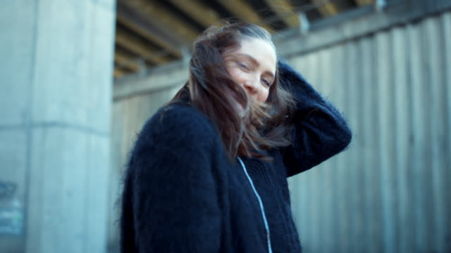 kız açık havada kamera ile flört. rüzgarlı havalarda saçla oynayan kadın - kep şapka stok videoları ve detay görüntü çekimi
