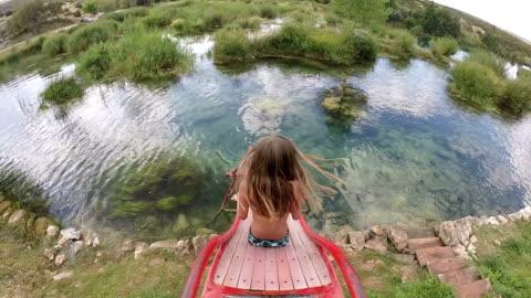 vidéos et rushes de fille va vers le bas de la diapositive en rivière - glisser