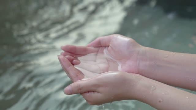 깨끗 한 물 여자 손 보석 특 종 - 스파 온천 스톡 비디오 및 b-롤 화면