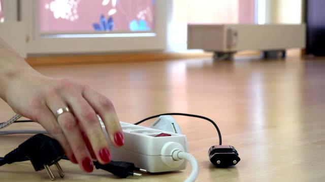 vidéos et rushes de mains fille branche les fils de commutateur d'électricité. - vidéos de rallonge électrique
