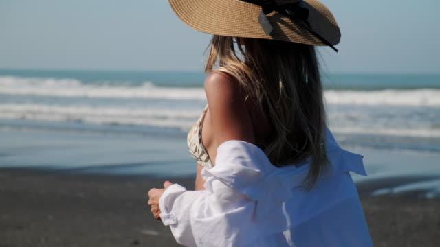 vídeos y material grabado en eventos de stock de chica teniendo un paseo a solas con el océano - disquete