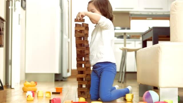 vidéos et rushes de filles s'amusant amonceler pâtés de maisons - cube