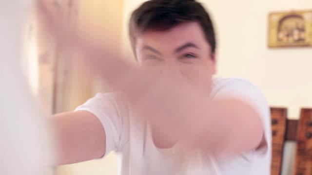 любительская видео съемка из девочка, имеющие бой подушками и красивый boyfriend - google стоковые видео и кадры b-roll