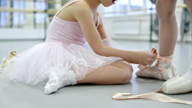 mädchen helfen, freund im tanzstudio - ballettröckchen stock-videos und b-roll-filmmaterial