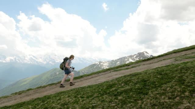 девушки походы в горы - корульди озера области, местия, грузия - погружённый стоковые видео и кадры b-roll