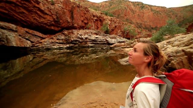 wandern im outback mädchen liest karte nach dem weg - kartographie stock-videos und b-roll-filmmaterial