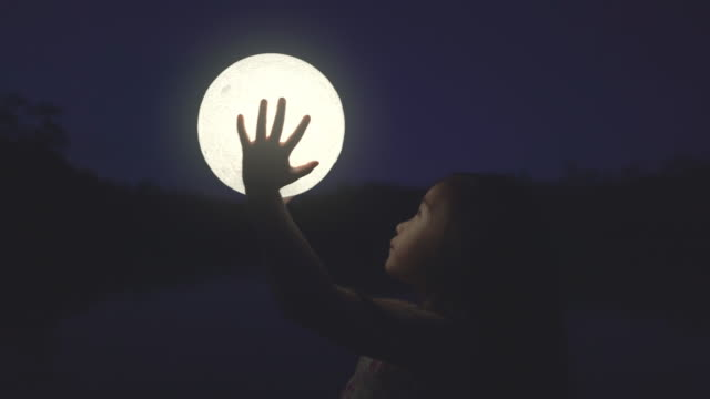 ragazza che tiene la luna - astronomia video stock e b–roll