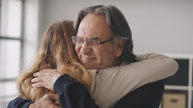vídeos de stock, filmes e b-roll de menina abraçando seu pai com amor - fathers day